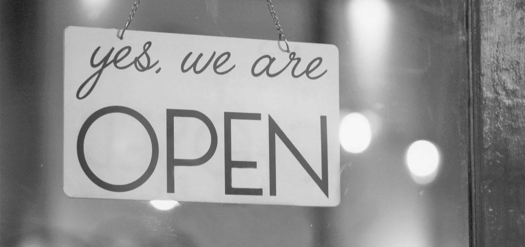 """Schild mit: """"Yes we're Open"""""""